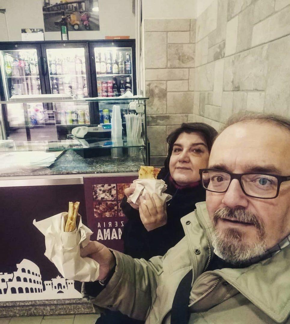 clienti-con-pizza-pizzeria-romana-avellino